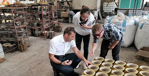 Г-н Алекс из компании Hawle, Германия, приезжает к нам в гости, он проверяет наш процесс обработки песка для смолы.